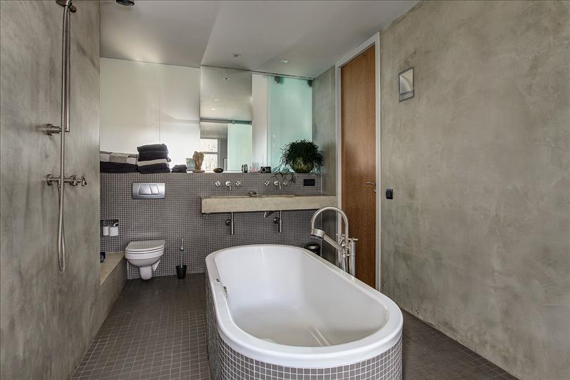 Stoere grijze badkamer met betonstuc | Interieur inrichting