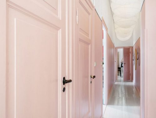 De mooie hal met roze muren van Sofie en Joakim