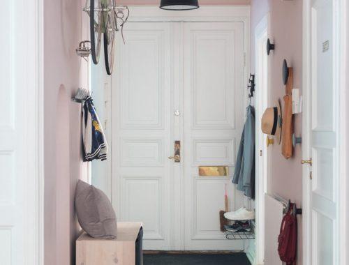 Stoere hal met racefiets aan de roze muur