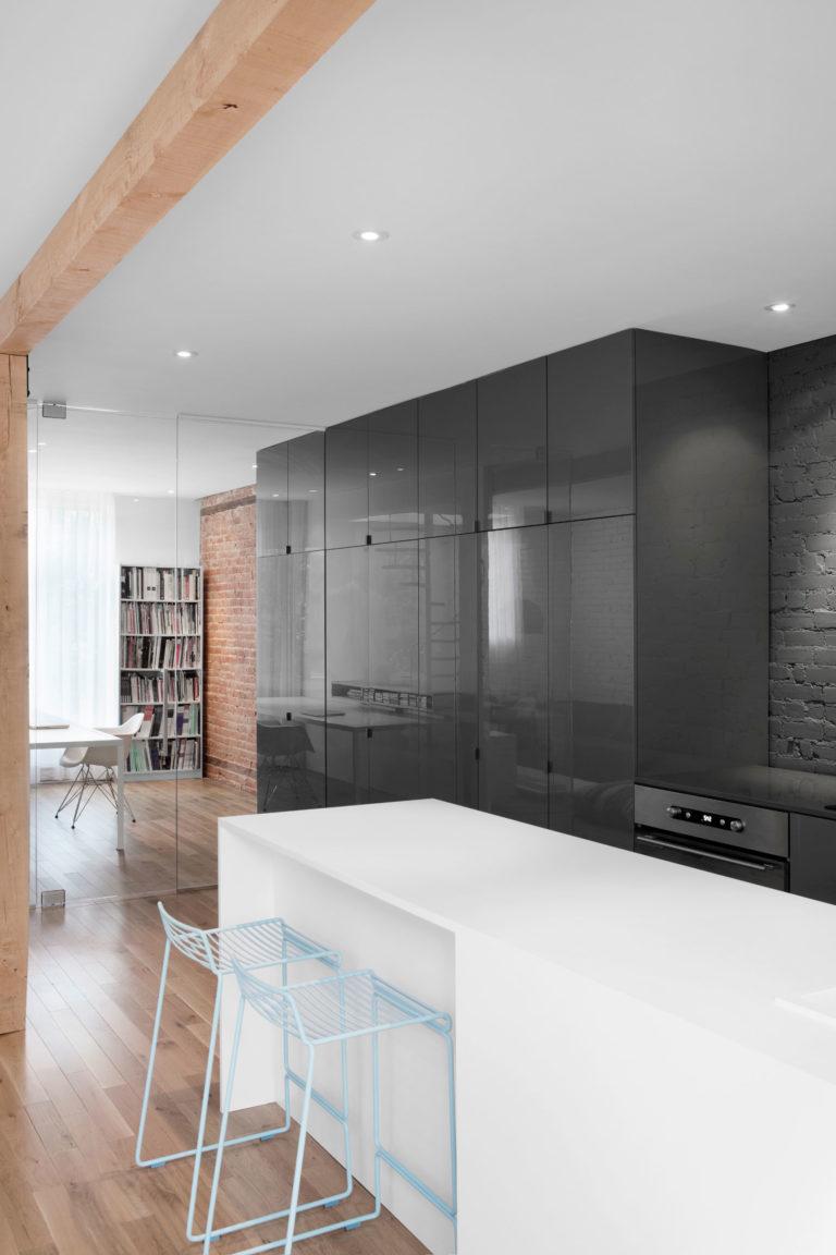Stoere open keuken met hoogglans grijze kasten en wit eiland