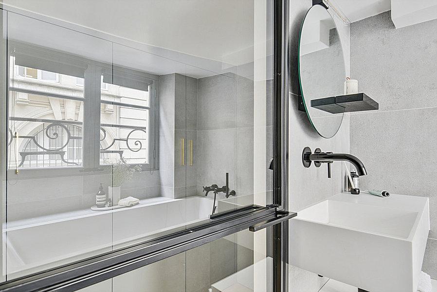 Stoere praktische badkamer in een klein appartement van 42m2