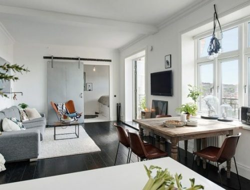 Stoere woonkamer met een fijn en zonnig balkon