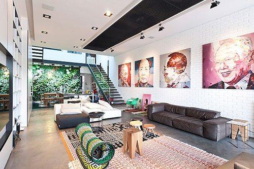 Stoere woonkamer met een mix van kleuren en patronen