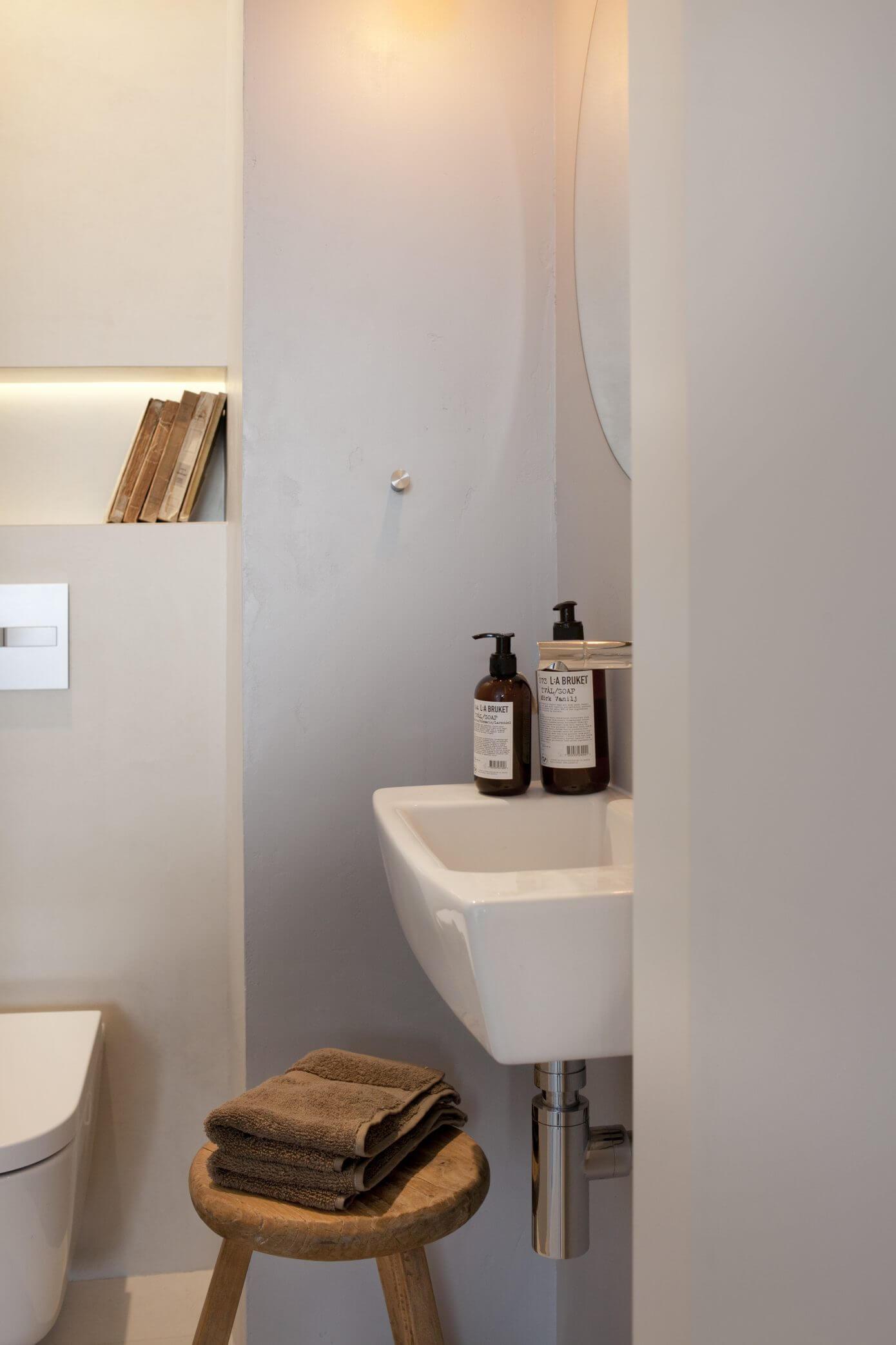 Strak toilet met betonstuc vloer en mureninterieur inrichting ...