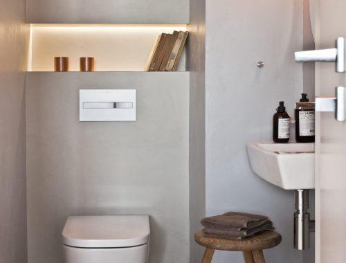 Strak toilet met betonstuc vloer en muren