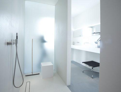 Strakke moderne badkamer in stadsvilla in Groningen