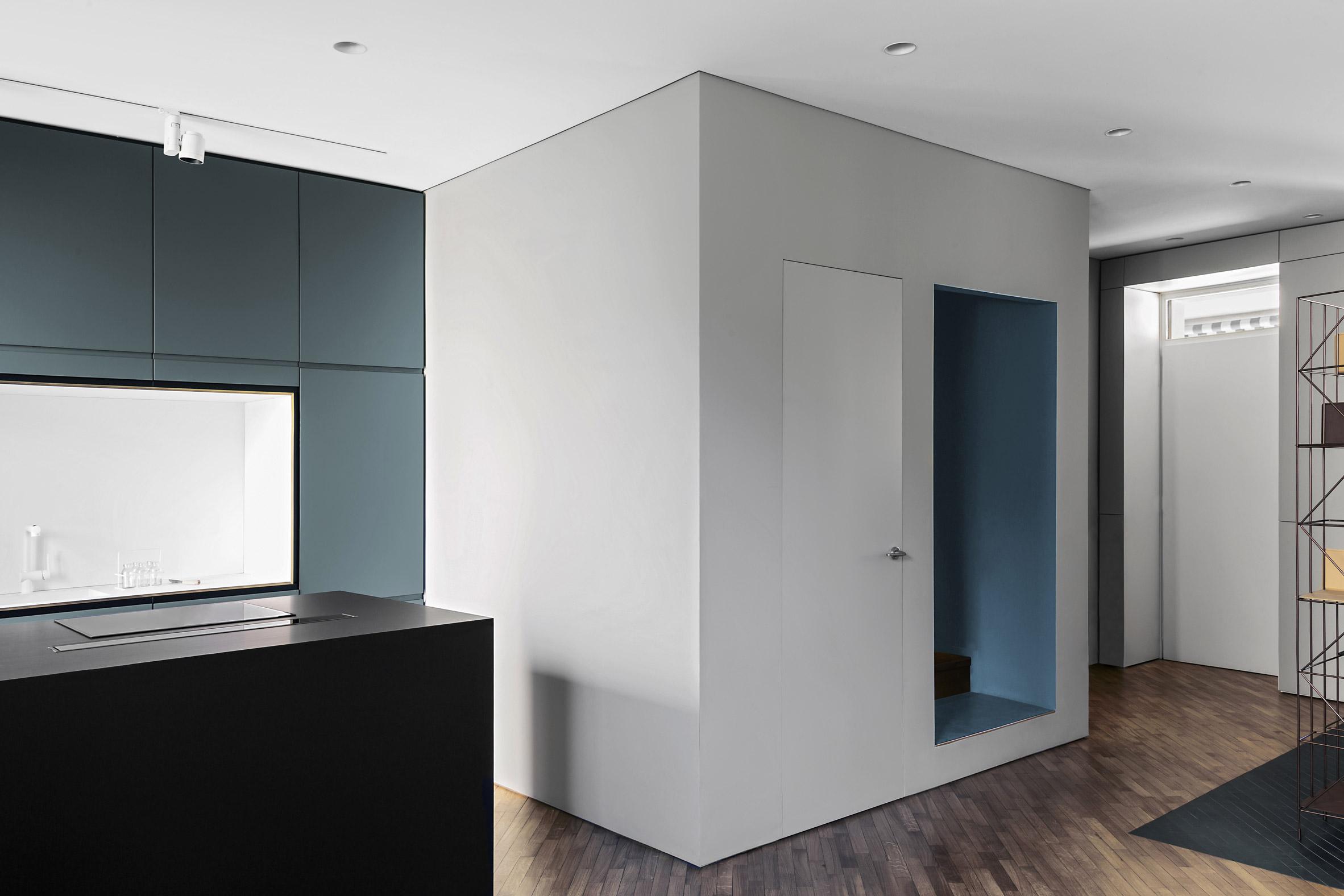 Keuken Wandkast 5 : Strakke moderne keuken met blauwe wandkast en zwart kookeiland