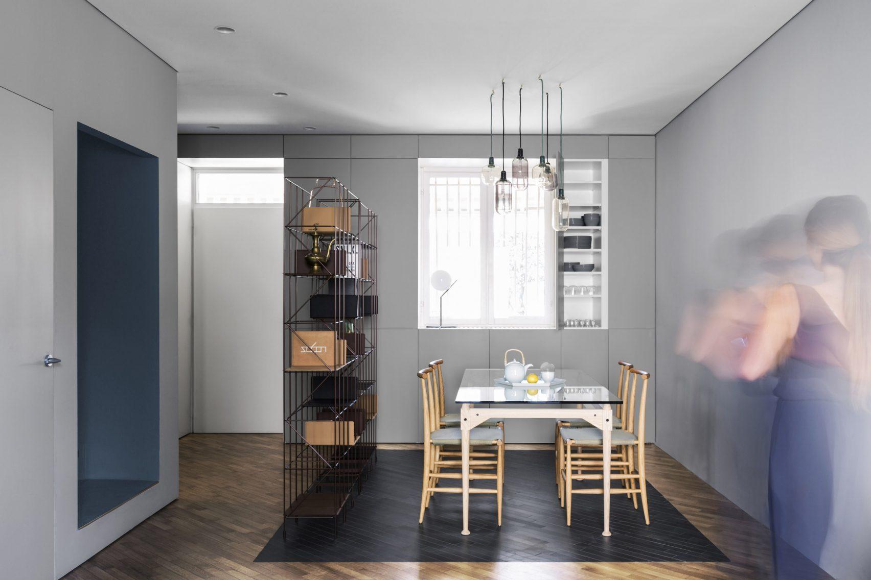 Keuken Wandkast 6 : Strakke moderne keuken met blauwe wandkast en zwart kookeiland