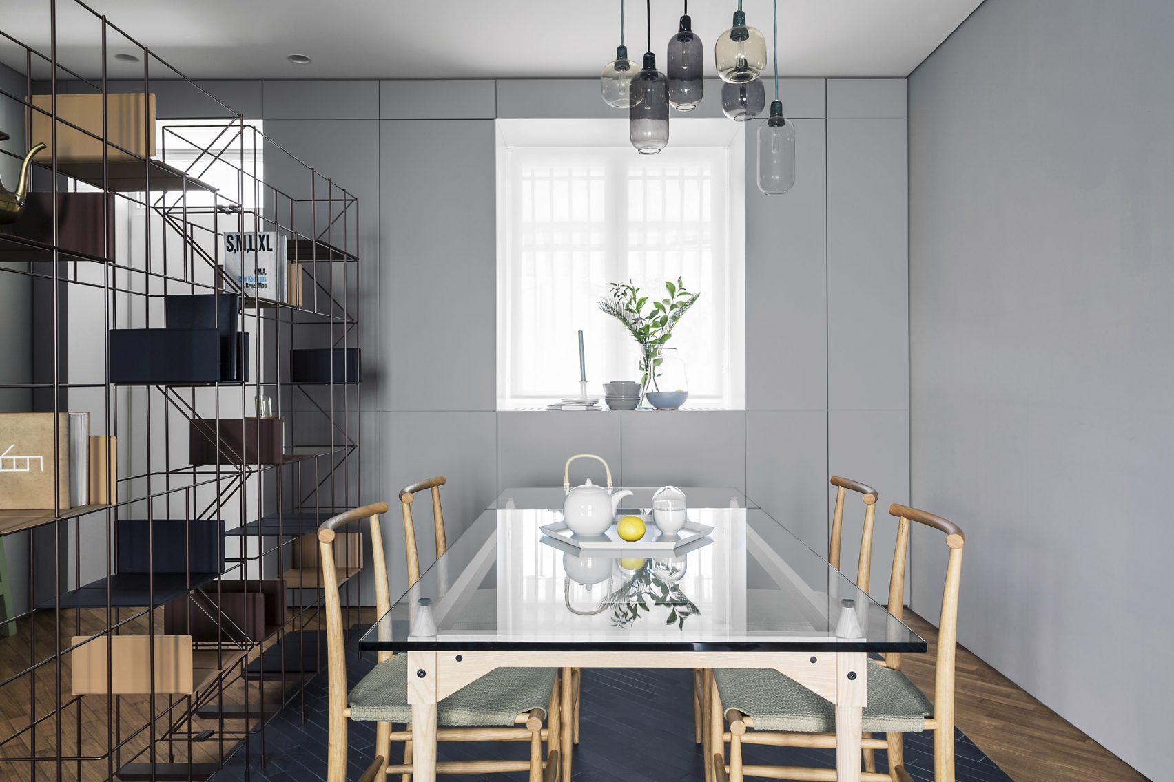 Keuken Wandkast 7 : Strakke moderne keuken met blauwe wandkast en zwart kookeiland