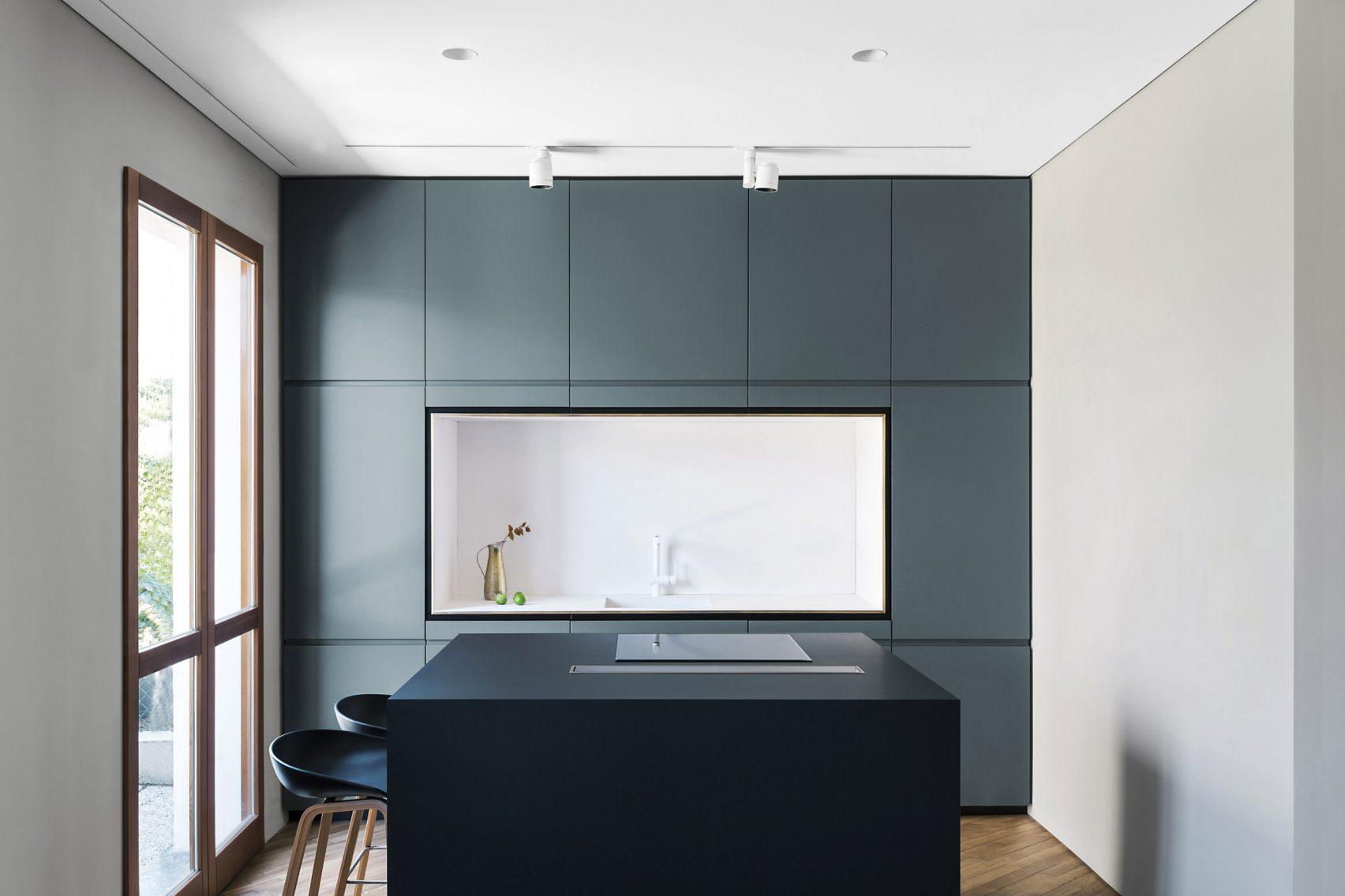 Keuken Moderne Zwart : Strakke moderne keuken met blauwe wandkast en zwart kookeiland