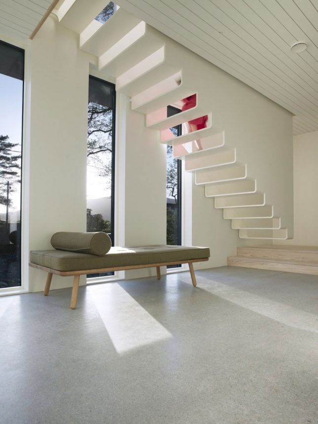 Strakke moderne witte zwevende trap
