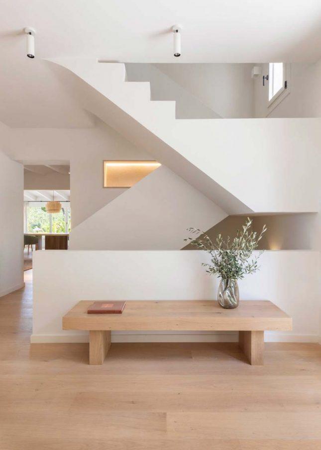 strakke trap mooie ruime hal houten vloer