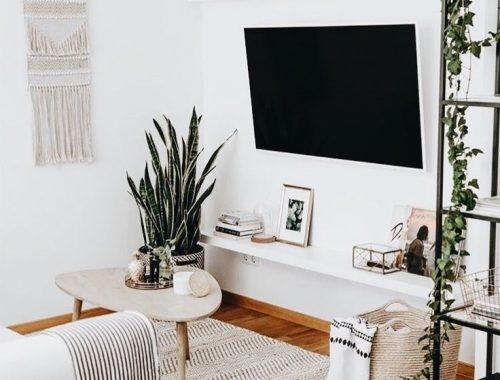 strakke witte plank als tv meubel