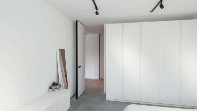 Strakke witte taatsdeur