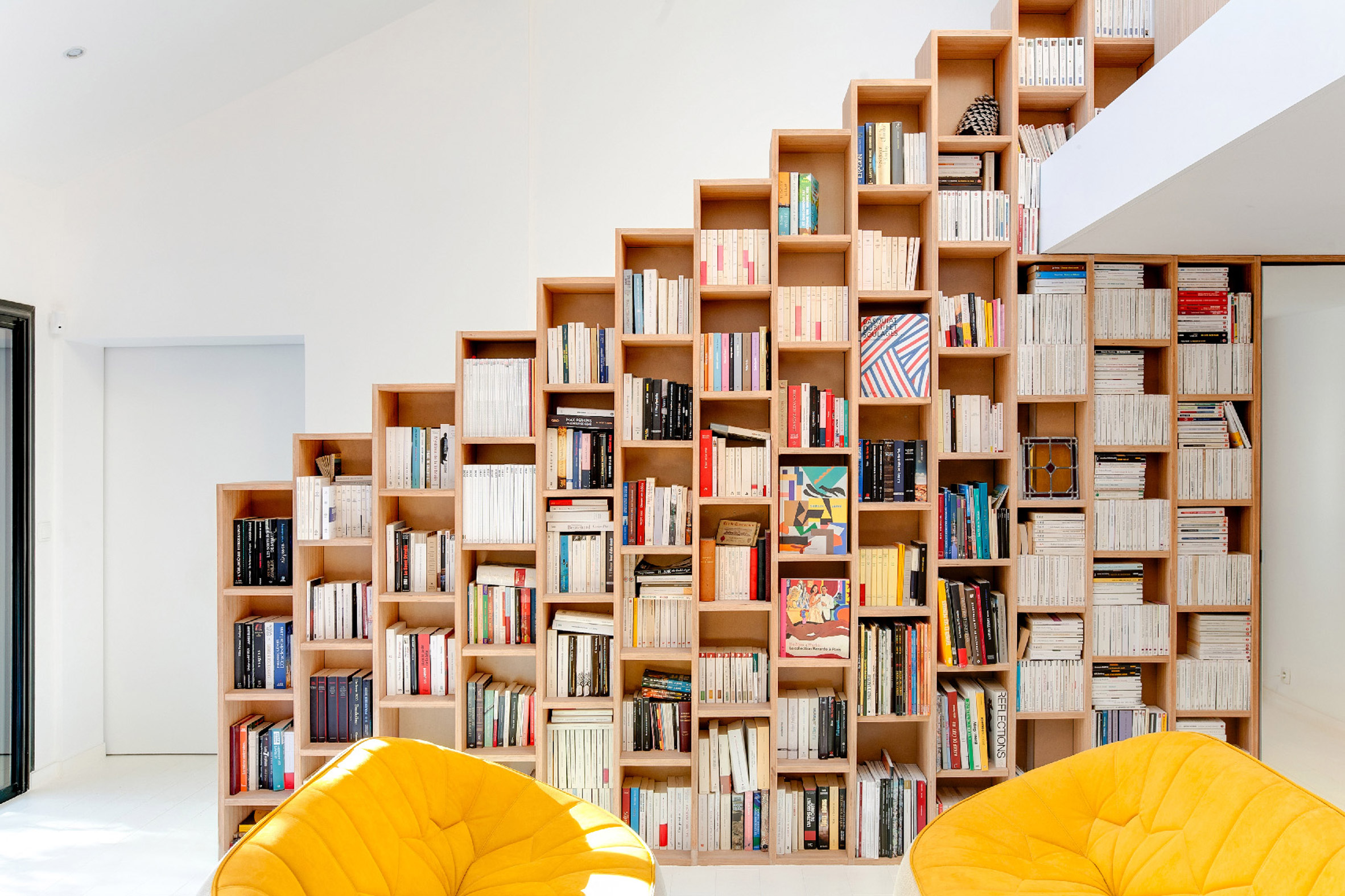 Strakke witte trap met open houten boekenkast | Interieur inrichting