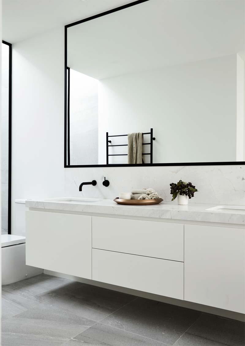 Architectenbureau Canny  heeft in deze luxe moderne badkamer gekozen voor stoere zwarte accenten, zoals de douchewand, de grote zwarte spiegel en de zwarte inbouwkraan. Klik hier om meer foto's te bekijken.