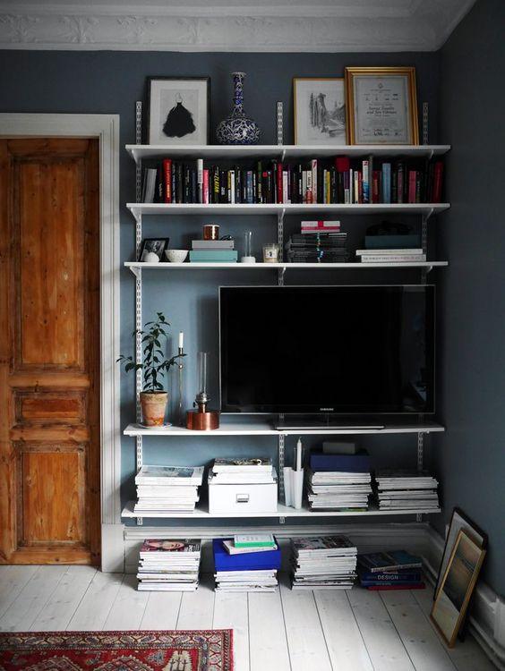 televisie op plankensysteem
