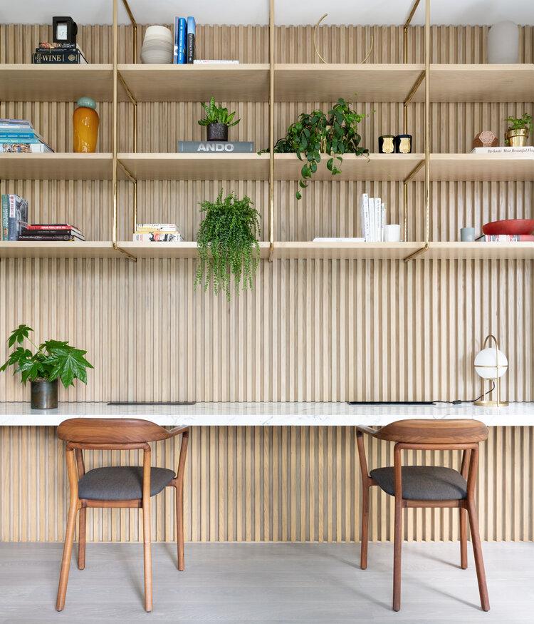 thuiswerkplek houten wandbekleding marmeren bureau
