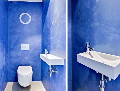Toilet met blauwe betonstuc