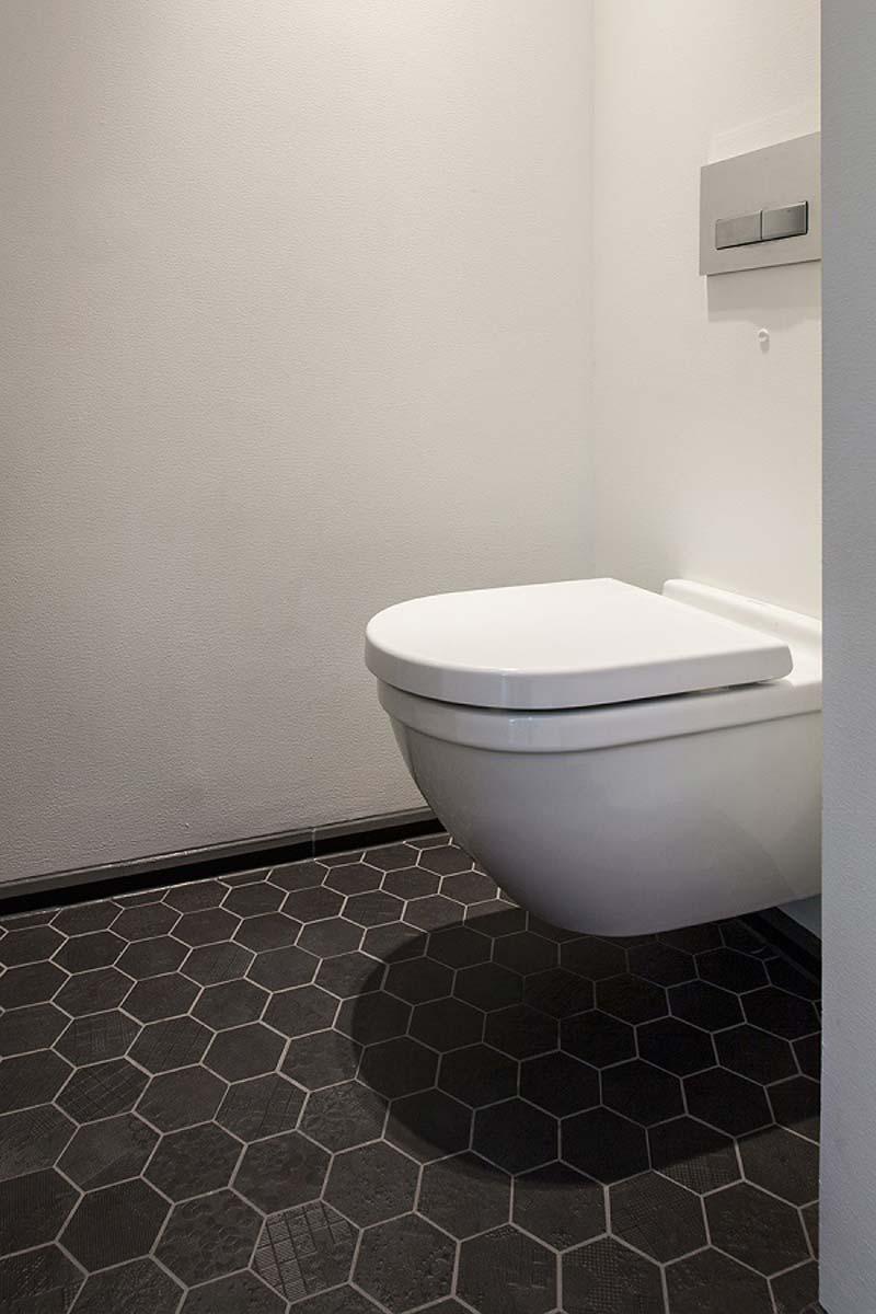 toilet inspiratie zwarte hexagontegels