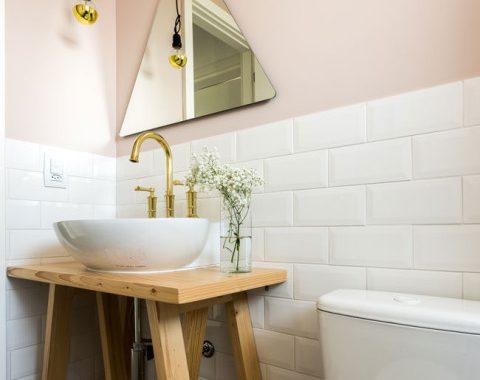 Toilet met roze muren, witte metrotegels en grafische vloertegels