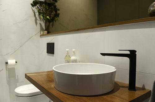 Toilet ontwerp met grote inbouwkast