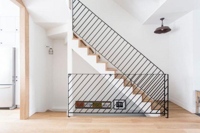 trap ideeen - ontwerpbureau Taktik heeft deze stoere trap ontworpen met houten trapbekleding en zwarte stalen trapbalustrade
