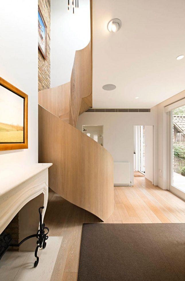 trap ideeën - de houten wenteltrap steelt de show in deze mooie luxe hal