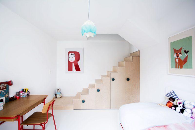 De stoere trap en trapkast in deze kinderkamer zijn gemaakt van multiplex platen