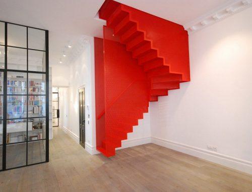 Trap ontwerp van rood staal