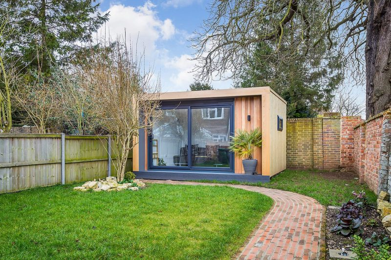 tuinhuis met glazen schuifwand houten wandbekleding