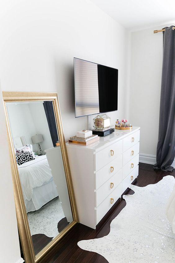 TV aan muur boven ladekast