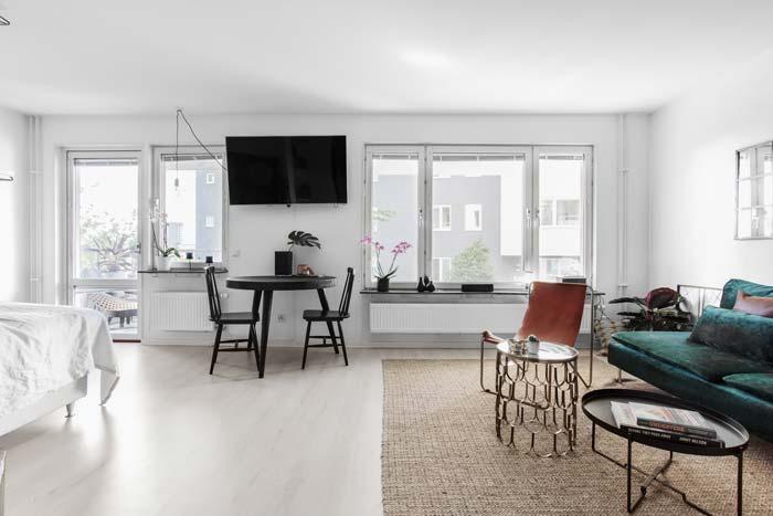 TV aan muur tussen woonkamer en slaapkamer