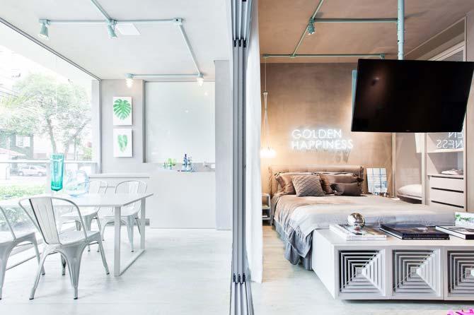 TV aan plafond tussen slaapkamer en woonkamer