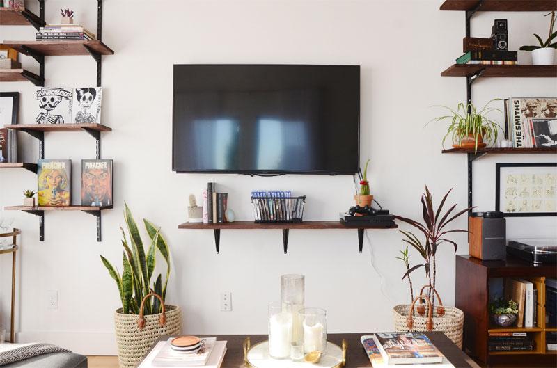 tv boven kleine houten plank