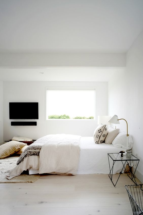 TV en soundbar aan muur slaapkamer