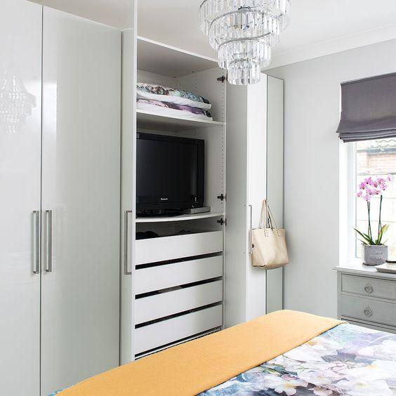 TV in kledingkast slaapkamer