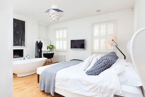 TV tussen ramen slaapkamer