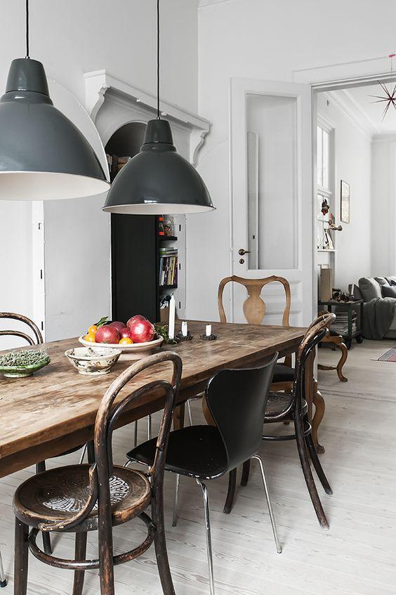 twee-industriele-hanglampen-boven-eettafel