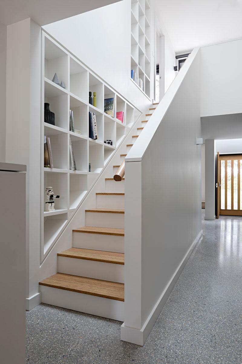 vakkenkast muur bij trap