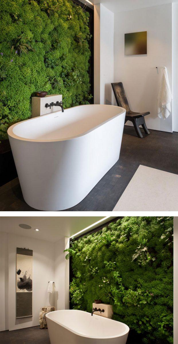De verticale tuin vormt de blikvanger in deze moderne badkamer met een vrijstaand bad.