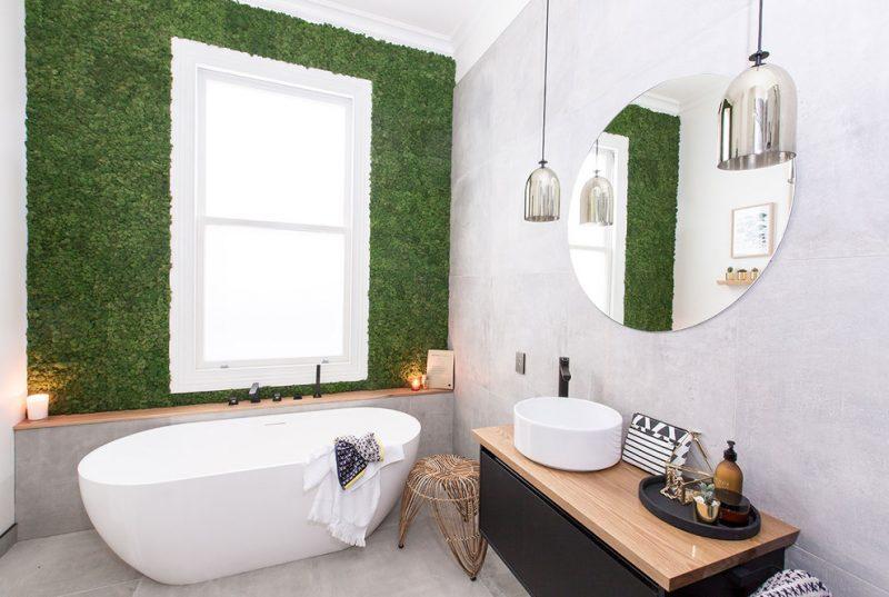 verticale tuin buitenmuur lichte badkamer lichtgrijze tegels