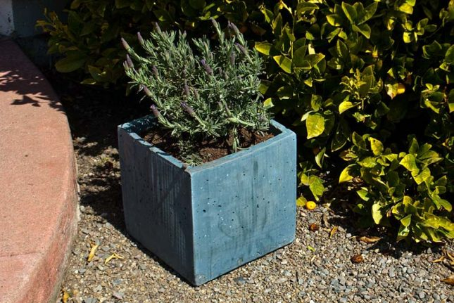 Vierkante betonbak van karton duct tape