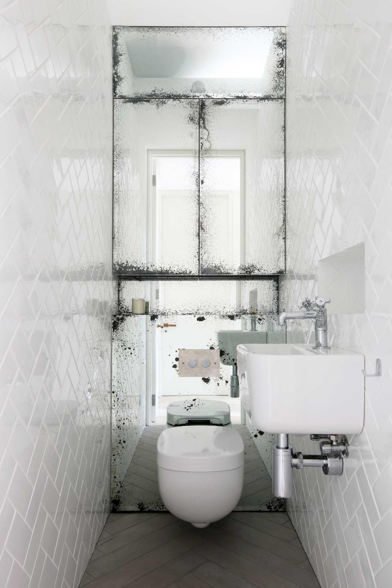 Visgraat tegels in toilet interieur inrichting - Tegelvloer badkamer ...