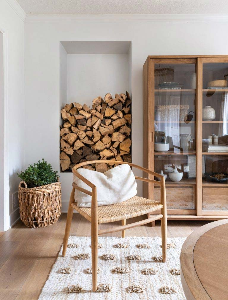 vitrinekast styling tips natuurlijke kleuren