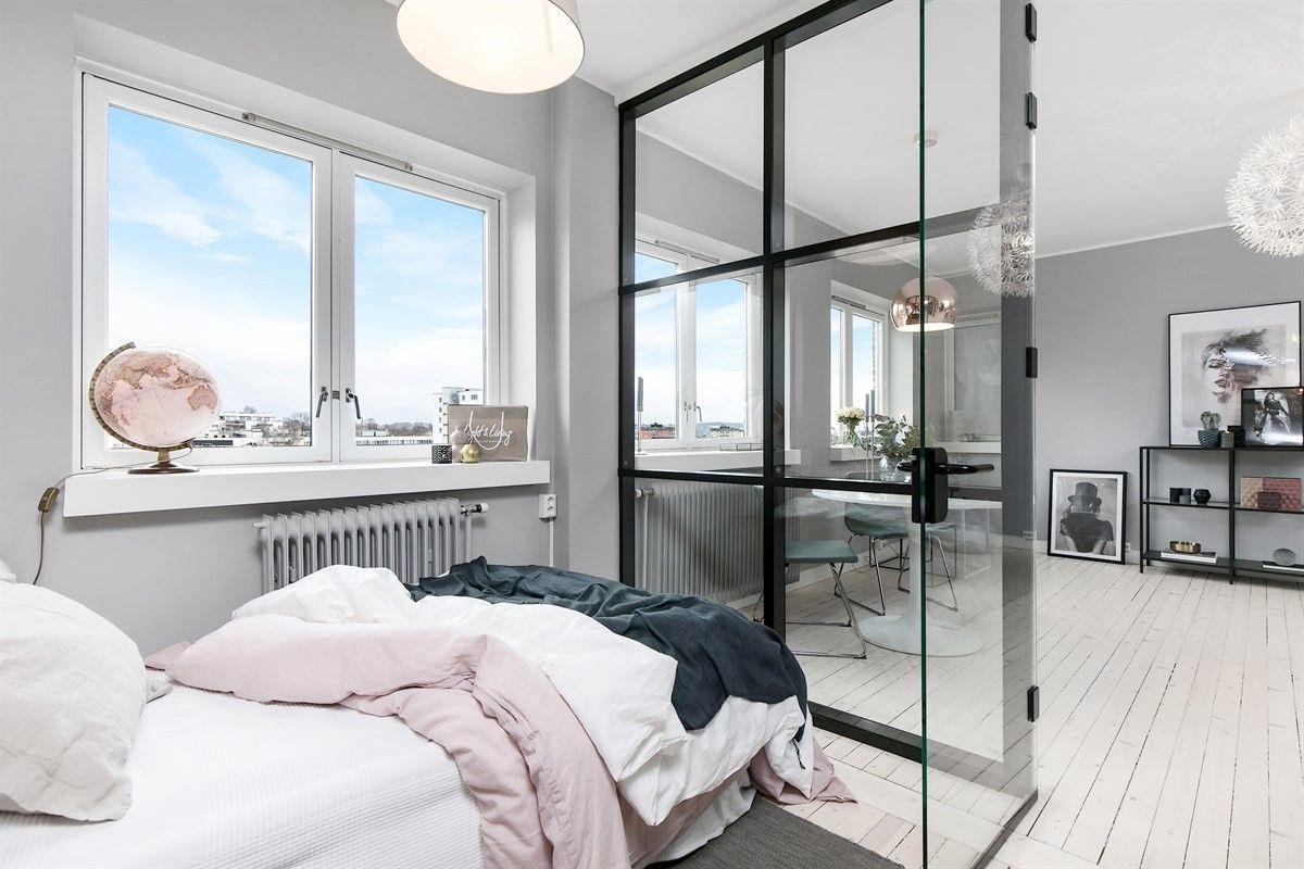 Wat een glazen wand kan doen in een slaapkamer...