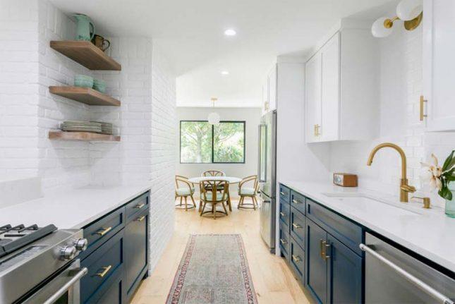 wit composiet keukenblad blauwe keukenkasten
