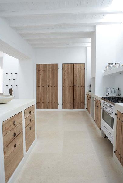 Wit gekalkte keuken met houten deuren