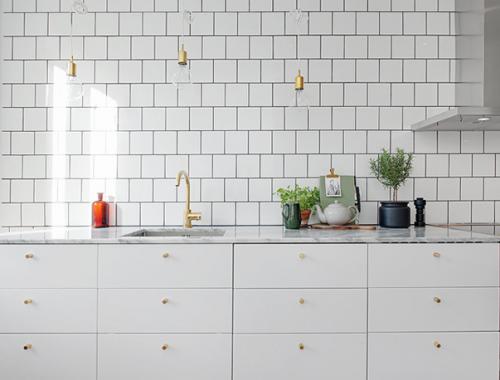 Witte keuken met gouden details