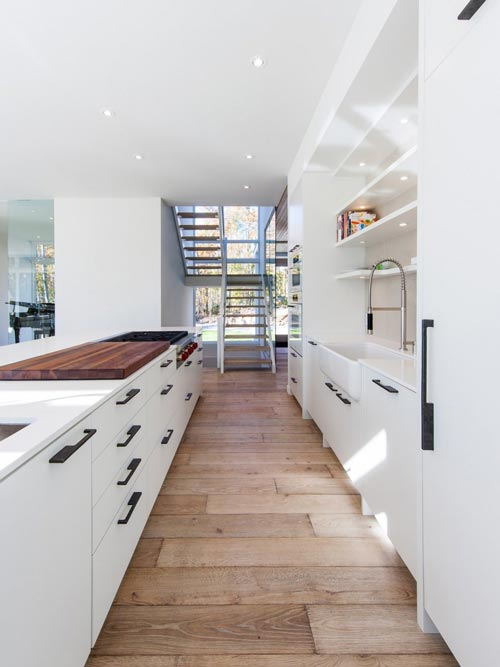 Witte keuken met hout interieur inrichting - Hout en witte keuken ...